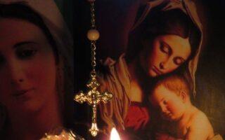 Por qué rezar el rosario en latín